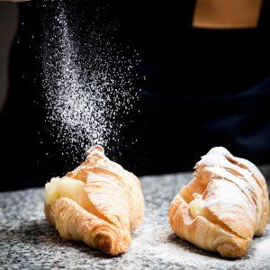 Croissant rellena de crema pastelera